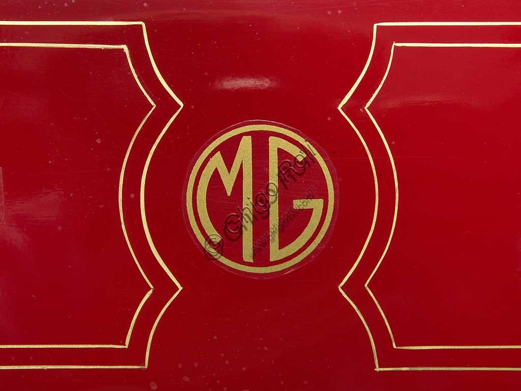 Moto d'epoca Galloni 750 SS. Marchio.fabbrica: MG - Moto Gallonimodello: 750 SS fabbricata in: Italia - Borgomaneroanno di costruzione: 1920-21condizioni: restauratacilindrata: 744 cc (alesaggio e corsa: 76 x 82)motore: bicilindrico a V, a valvole lateralicambio:a mano a tre rapportiAlberto Galloni, titolare della MG di Borgomanero, costruisce la sua prima moto da corsa nel 1919. In sella a questa bicilindrica il pilota Miro Maffeis si aggiudica alcuni record mondiali. L'anno successivo inizia la produzione di serie con una due tempi ed una 500 quattro tempi bicilindrica. La fabbrica rimarrà attiva fino al 1932, creando una decina di modelli, alcuni dei quali  raccolsero diversi successi in campo sportivo con i piloti Augusto Rava e Alfredo Panella. L'esemplare qui mostrato divide con un'altra moto simile di 500 cc, l'onore di essere l'unica superstite nota di tutta la produzione. Elegante nelle forme e nelle soluzioni tecniche, ha cilindri e teste nichelati, tappi delle teste interamente alettati, serbatoio a due scomparti con dosatore regolabile, forcella elastica brevettata a due molle in compressione. Monta un freno a tamburo sulla ruota posteriore.
