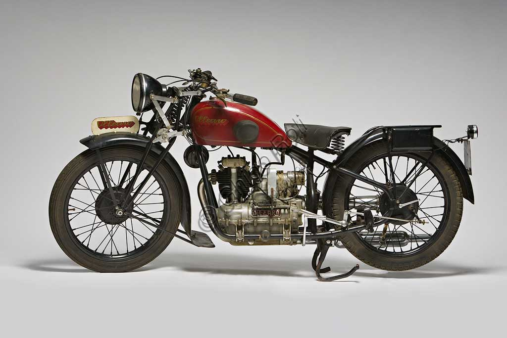 """Moto d'epoca Ollearo Tipo Quattro 175Marca: Ollearomodello: Tipo Quattro 175nazione: Italia - Torinoanno: 1932condizioni: restauratacilindrata: 175 (alesaggio e corsa 60 x 61,5)motore: Monocilindrico a quattro tempi e valvole in testacambio: in blocco, a quattro rapporti Neftali Ollearo apre l'attività di costruttore nel 1923 in Corso Valentino mettendo a punto una bicicletta a motore di 131 cc. e, in pochi anni, è già conosciuto per l'alta qualità e le raffinate soluzioni tecniche delle sue moto. Questa Tipo Quattro di 175 cc. ha, rara tra le moto italiane, trasmissione finale ad albero e giunti cardanici. Il cambio, novità per quegli anni, è già in un unico blocco con il motore. Monta freni a tamburo su ogni ruota.Costa, all'uscita nel 1930, 5900 Lire, ridotte a 4750 nel 1933. La pubblicità recita: """"La prima moto e l'unica che accomuna stabilità, sicurezza e comodità, sin ora sconosciute""""... L'azienda, con l'entrata in guerra dell'Italia e le conseguenti restrizioni alla circolazione, produrrà solo motofurgoni e motocarri."""