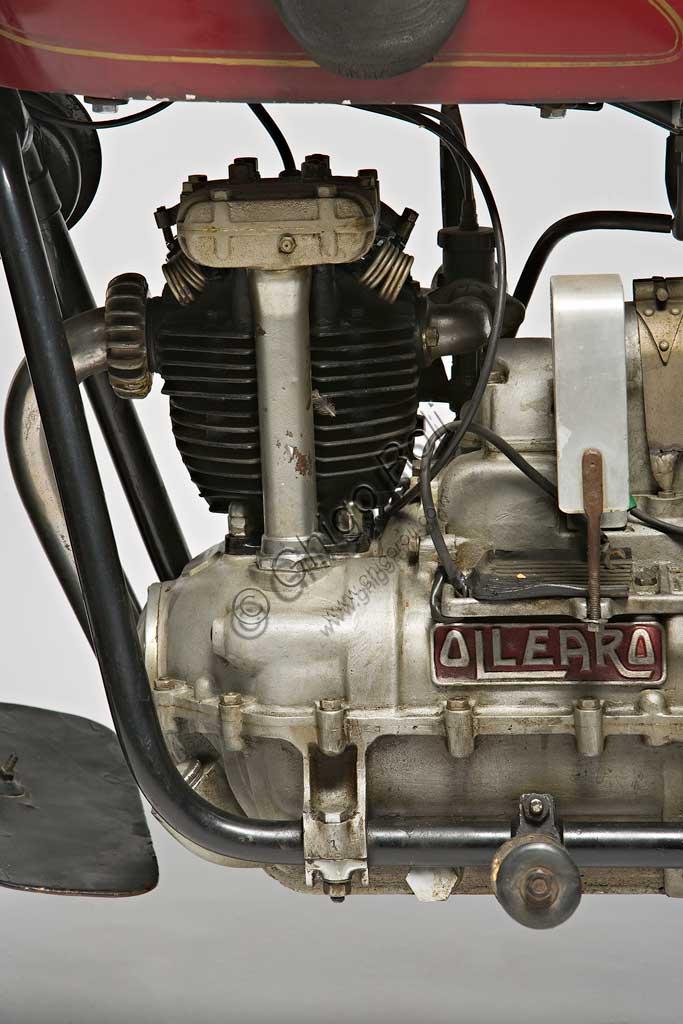 """Moto d'epoca Ollearo Tipo Quattro 175. Motore.Marca: Ollearomodello: Tipo Quattro 175nazione: Italia - Torinoanno: 1932condizioni: restauratacilindrata: 175 (alesaggio e corsa 60 x 61,5)motore: Monocilindrico a quattro tempi e valvole in testacambio: in blocco, a quattro rapporti Neftali Ollearo apre l'attività di costruttore nel 1923 in Corso Valentino mettendo a punto una bicicletta a motore di 131 cc. e, in pochi anni, è già conosciuto per l'alta qualità e le raffinate soluzioni tecniche delle sue moto. Questa Tipo Quattro di 175 cc. ha, rara tra le moto italiane, trasmissione finale ad albero e giunti cardanici. Il cambio, novità per quegli anni, è già in un unico blocco con il motore. Monta freni a tamburo su ogni ruota.Costa, all'uscita nel 1930, 5900 Lire, ridotte a 4750 nel 1933. La pubblicità recita: """"La prima moto e l'unica che accomuna stabilità, sicurezza e comodità, sin ora sconosciute""""... L'azienda, con l'entrata in guerra dell'Italia e le conseguenti restrizioni alla circolazione, produrrà solo motofurgoni e motocarri."""