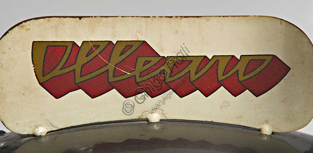 """Moto d'epoca Ollearo Tipo Quattro 175. Marchio.Marca: Ollearomodello: Tipo Quattro 175nazione: Italia - Torinoanno: 1932condizioni: restauratacilindrata: 175 (alesaggio e corsa 60 x 61,5)motore: Monocilindrico a quattro tempi e valvole in testacambio: in blocco, a quattro rapporti Neftali Ollearo apre l'attività di costruttore nel 1923 in Corso Valentino mettendo a punto una bicicletta a motore di 131 cc. e, in pochi anni, è già conosciuto per l'alta qualità e le raffinate soluzioni tecniche delle sue moto. Questa Tipo Quattro di 175 cc. ha, rara tra le moto italiane, trasmissione finale ad albero e giunti cardanici. Il cambio, novità per quegli anni, è già in un unico blocco con il motore. Monta freni a tamburo su ogni ruota.Costa, all'uscita nel 1930, 5900 Lire, ridotte a 4750 nel 1933. La pubblicità recita: """"La prima moto e l'unica che accomuna stabilità, sicurezza e comodità, sin ora sconosciute""""... L'azienda, con l'entrata in guerra dell'Italia e le conseguenti restrizioni alla circolazione, produrrà solo motofurgoni e motocarri."""