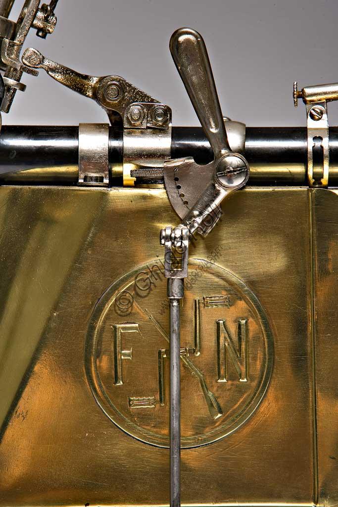 Moto d'epoca FN Quattro Cilindrifabbrica: FNmodello: quattro cilindri fabbricata in: Belgio - Herstalanno di costruzione: 1905condizioni: restauratacilindrata: 362 cc (alesaggio e corsa: 45 x 57)motore: quattro cilindri in lineatrasmissione:ad albero e giunti cardaniciLa Fn, nata come fabbrica di armi nel 1870, e conosciuta oggi come Herstal, è ancora uno dei maggiori pratagonisti a livello mondiale del settore  con i marchi  Winchester e Browning. Nel 1901 iniziò la produzione di motociclette, che divennero ben presto famose per la loro grande affidabilità e ottennero successi di pubblico e importanti commesse militari. Nel 1904 la produzione toccò le seimila unità.Questo modello, elegantissimo nelle sue curve ancora di bicicletta e nei bagliori dorati del suo serbatoio di ottone, sfoggia alcune soluzioni di assoluta avanguardia:  motore quattro cilindri in linea con valvole di aspirazione automatiche a depressione, trasmissione ad albero e giunti cardanici, forcella elastica a doppio effetto con biscottini oscillanti.