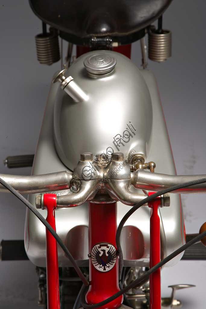 Moto d'epoca Motoborgo 500fabbrica: Borgomodello: 500 fabbricata in: Italia - Torinoanno di costruzione: 1922condizioni: restauratacilindrata: 498 ccmotore: bicilindrico a V cambio: a due rapporti con frizione automaticaLa 500 bicilindrica, sicuramente una delle più belle moto degli anni '20, fu il canto del cigno della torinese Borgo, che dal '23 in avanti produrrà solo pistoni, fornendo, tra le altre aziende, anche la Ferrari. Con 20 Cv a 5500 giri (alesaggio x corsa:  68 x 68) raggiungeva facilmente i 120 Kmh, cosa che la fece apprezzare anche in ambito sportivo, dove raccolse numerosi successi. Unisce a soluzioni tecniche piuttosto rare, una notevole cura estetica, come nei particolari giunti sferici dei  semimanubri, che, realizzati in unica fusione con gli attacchi della forcella, consentono di variare l'assetto a piacere.Ha il serbatoio dell'olio ricavato nei tubi del telaio e un serbatoio dell'olio supplementare, sovrapposto a quello della benzina. All'avanguardia per i tempi, il cambio in blocco con il motore.