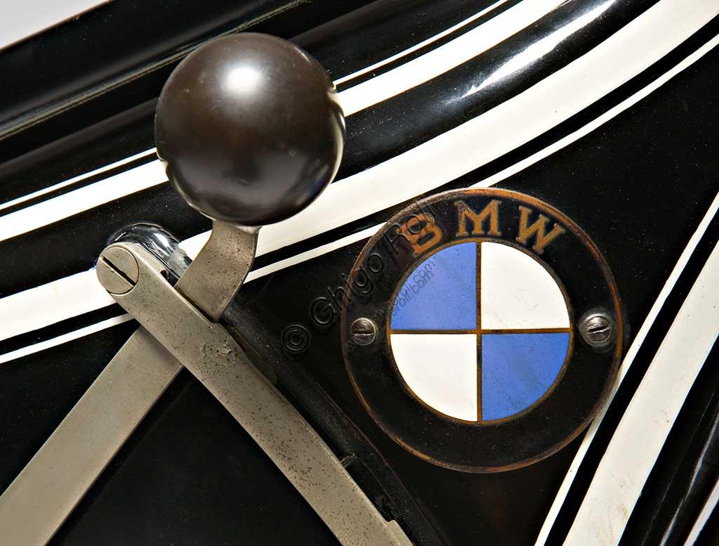 Moto d'epoca BMW R 42. MarchioMarca: Bayerische Motoren Werkemodello: R 42nazione: Germania - Monacoanno: 1927condizioni:  restauratacilindrata: 500 cc.  motore: boxercambio: in blocco a tre rapportiCostretta dal Trattato di pace di Versailles a cessare la produzione di motori per aerei (di cui rimane traccia nell'elica stilizzata del marchio), la fabbrica bavarese, nel 1919 si orienta definitivamente alla produzione di motociclette. Intorno al primo motore boxer (a due cilindri contrapposti) progettato da Martin Stolle, il brillante Max Friz, proveniente dalla Mercedes, costruisce la prima motocicletta di una serie che dura ancor oggi con le stesse eleganti caratteristiche progettuali di base: motore boxer, albero motore disposto longitudinalmente che si prolunga nel cambio in blocco e nella trasmissione finale ad albero. E' la R 32 del 1923. Prodotta in 3095 esemplari costava 2200 marchi ed era la moto più cara al mondo. Questa rara R 42 ne è il logico sviluppo, quattro anni dopo.