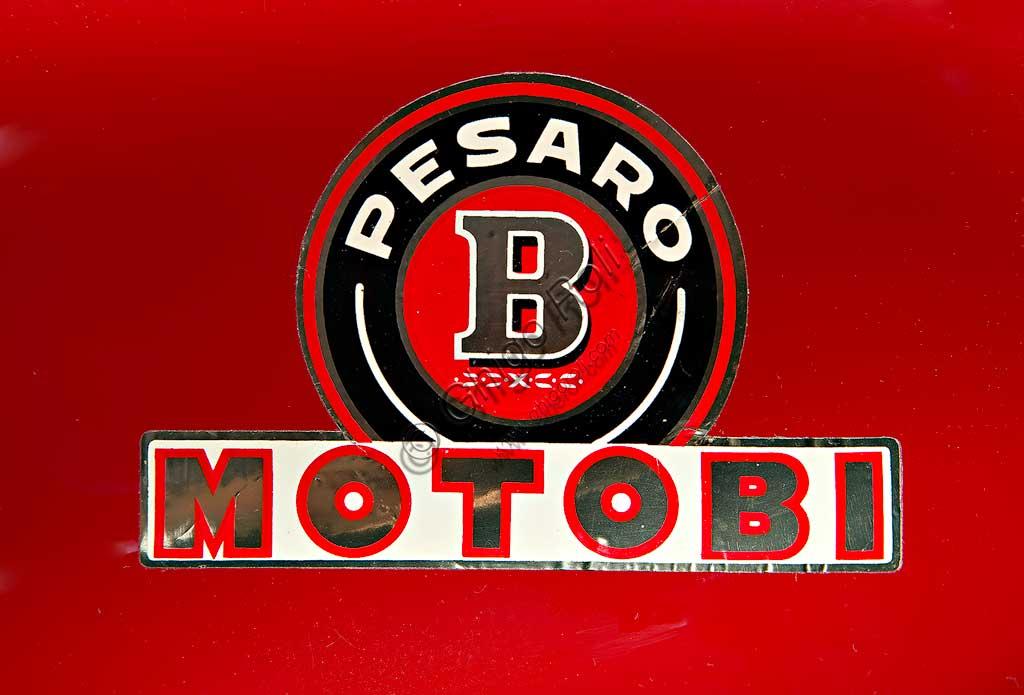 Moto d'epoca Motobi Gran Sport 250 GSSMarca: Motobimodello: Gran Sport 250 Gss Competizionenazione: Italia - Pesaroanno: 1956condizioni: restauratacilindrata: 247,2  (alesaggio e corsa 54 x 54)motore: a due tempi, due cilindricambio: a quattro rapportiNel 1949 Giuseppe Benelli, in seguito a disaccordi con gli altri fratelli, esce dall'azienda di famiglia e fonda la Motobi. Accanto a molti modelli di serie, in gran parte simili agli analoghi prodotti dalla Benelli, sviluppa anch'egli alcuni modelli da corsa tra i quali questo Gran Sport Speciale, derivato dal Gran Sport di serie e destinato alle corse di Gran Fondo.Caratteristico è il disegno ovale del motore, con i due cilindri orizzontali disposti parallelamente e fronte marcia. Superava i 130 km/h.