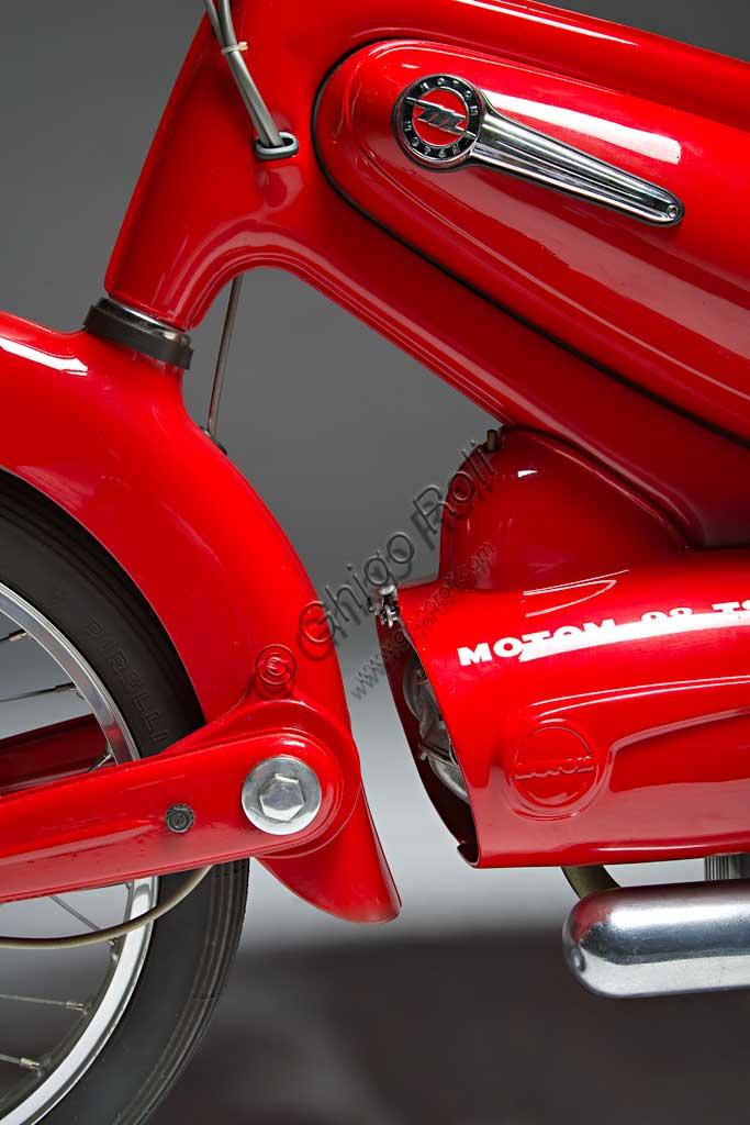 Moto d'epoca Motom 98 TSMarca: Motommodello: 98 TSnazione: Italia - Milanoanno: 1955condizioni: restauratacilindrata: 98 cc. (alesaggio e corsa 50 x 50)motore: monocilindrico a quattro tempicambio: in blocco a quattro rapportiPiù di altre case la Motom ha fatto del design un elemento fondamentale e costante della sua produzione. Pensato già in fase di elaborazione progettuale, per Motom è spesso lo stile, più che la necessità, a disegnare le forme. Questo modello fu affidato a Pietro Remor, già progettista delle quattro cilindri Gilera e MV. L'eleganza della linea che unisce forcella anteriore, tunnel centrale e forcellone posteriore nasconde alcune soluzioni tecniche di assoluta avanguardia come la forcella a barre di torsione che è infulcrata ad un trave tubolare nascosto dal parafango, o ancora Il telaio in lamiera stampata che pesa solo 6 kg e racchiude serbatoio e vano porta oggetti. Questo capolavoro assoluto del design industriale non fu capito. Ne vennero prodotte solo 1736 unità.