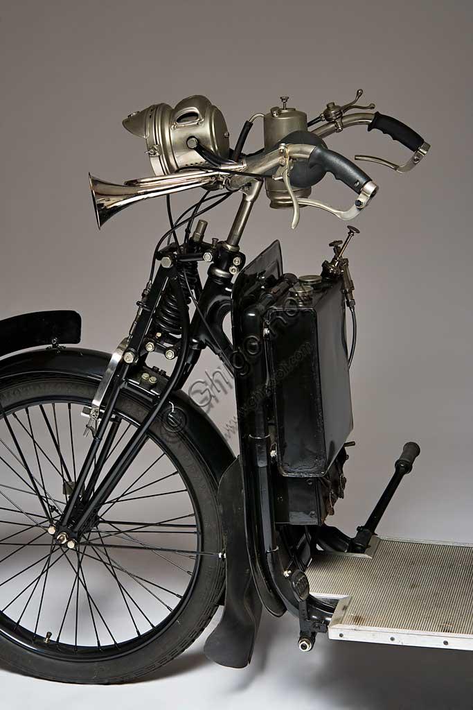 """Moto d'epoca Reynolds Runabout. Scooter.Marca: Jackson Car Mfg. Co. (poi A.W. Wall Ltd.)modello: Reynolds Runaboutnazione: Regno Unito - Birminghamanno: 1921condizioni: restauratocilindrata: 269 ccmotore: Wall-Liberty, a due tempicambio: Moss, a due rapporti"""" A car on two wheels"""", un'auto su due ruote, recita lo slogan con cui venne conosciuto questo scooter che pur essendo tra i migliori e i più apprezzati per la comodità, non ebbe grande diffusione a causa del prezzo elevato e le notevoli dimensioni. Il motore sotto la sella era protetto e nascosto da pannelli in lamiera, i serbatoi di olio e benzina erano applicati al montante verticale dello scudo paragambe."""