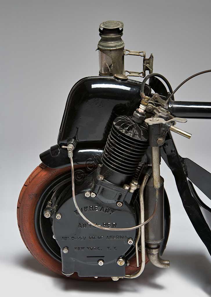 Moto d'epoca Autoped. Scooter.Marca: AUTOPED Companynazione: U.S.A. -Long Island City - NYanno: 1915condizioni: restauratocilindrata: 155 ccmotore: monocilindrico a quattro tempicambio: monomarcia con frizioneScooter significa monopattino e l'Autoped, considerato il primo scooter della storia, non è altro che questo: un piccolo, agile e innovativo monopattino a motore. Concepito per spostamenti sulle brevi distanze, l'Autoped obbligava il pilota a stare in piedi. Il montante del manubrio comandava partenza e arresto: se spinto in avanti rilasciava la frizione, se tirato indietro azionava il freno (e il pensiero va immediatamente al moderno Segway...). Una leva comandava la potenza. Completavano la dotazione un fanale, un klaxon e una cassettina degli attrezzi. Il manubrio era ripiegabile, consentendo di spstare a mano e riporre in poco spazio questo piccolo gioiello del progresso. Gli pneumatici e le manopole del manubrio davano, con il loro colore arancione, un tocco di assoluta modernità a questo mezzo. In questo esemplare anche le gomme sono originali.