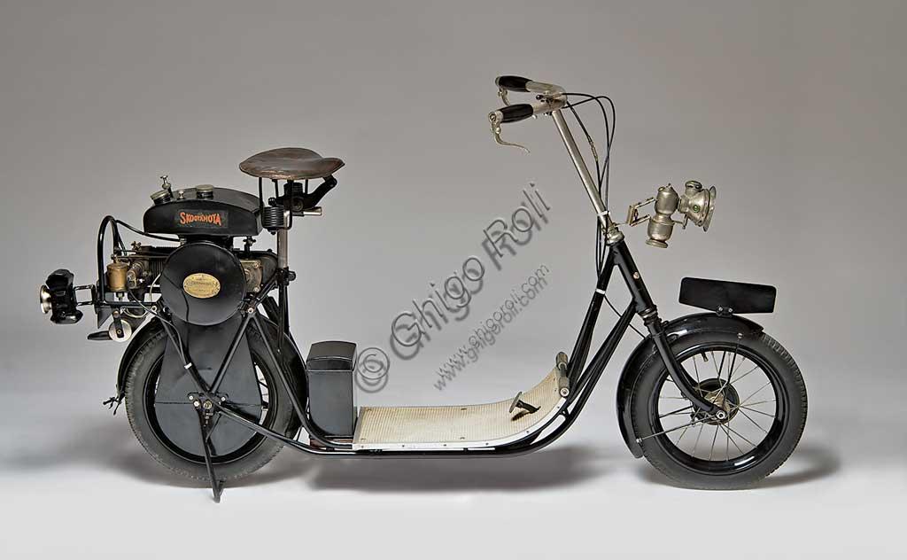 Moto d'epoca ABC Skootamota. Scooter.Marca: ABC - Gilbert Campling Ltdmodello: Skootamotanazione: Regno Unito - Londraanno: 1919condizioni: restauratocilindrata: 125 cc, 1 Hpmotore: quattro tempi a cilindro orizzontale e valvole contrapposte (aspirazione laterale, scarico in testa)Questo scooter da un cavallo di potenza fu disegnato da Granville Bradshaw e fu uno degli scooter migliori e più diffusi. Il motore era montato direttamente sopra la ruota posteriore e trasmetteva il moto in presa diretta tramite catena. Una delle caratteristiche che lo fecero più apprezzare fu la comoda sella.