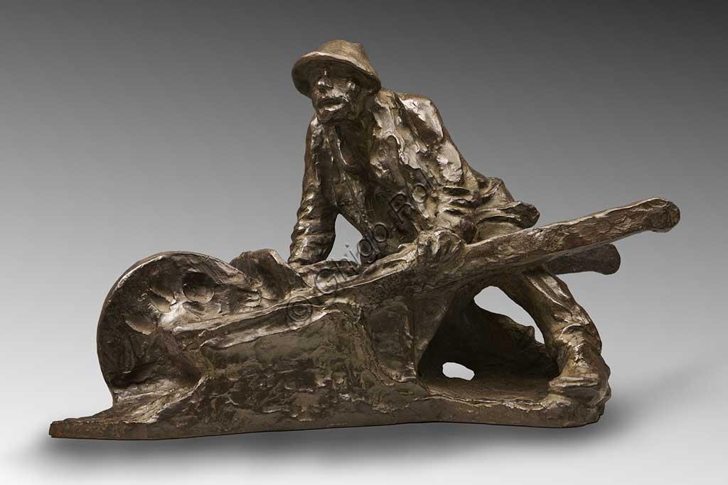 """Collezione Assicoop Unipol: Giuseppe Graziosi, """"Uomo con Carretto"""", bronzo."""