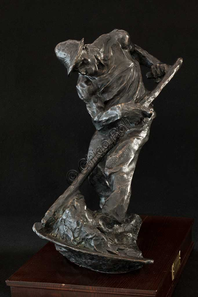 """Collezione Assicoop Unipol: Giuseppe Graziosi, """"Il Contadino che Falcia""""; scultura in bronzo, cm. 52 x 60 x 30."""