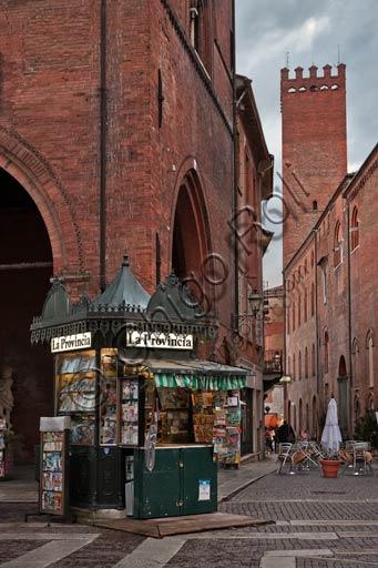 Cremona, piazza del Comune: la più antica edicola della città.