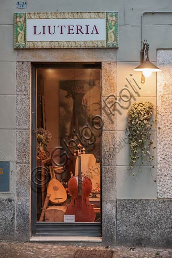 Cremona: luthier shop in the city centre.