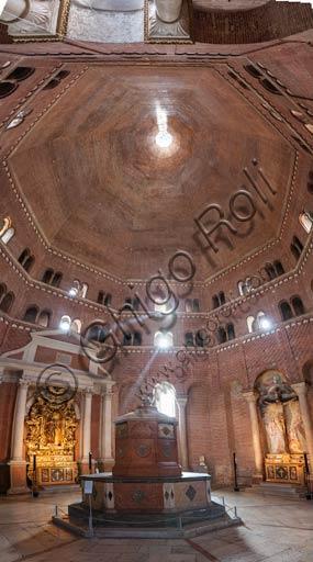 Cremona, il Battistero: interno con pareti in mattone e fonte battesimale (vasca monolitica in marmo rosso di Verona), su disegno di Giuseppe Sacca e Lorenzo Trotti (1527).