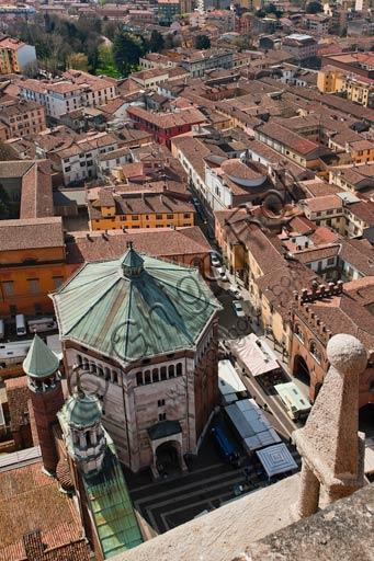 Cremona: veduta della città dalla cima del Torrazzo. In basso il Battistero.