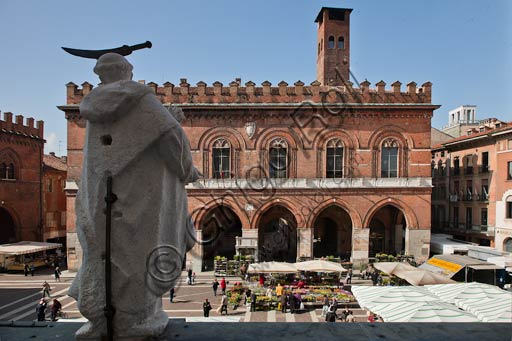 Cremona: view of Piazza del Comune. In the foreground, one of the statues of Saints and Angels by Giorgio and Antonio Ferretti. The statues adorn the Bertazzola Porch.