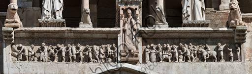Cremona, il Duomo, facciata, Loggia sopra il protiro del Portale Maggiore: Madonna con Bambino tra i santi Omobono e Imerio Vescovo; fregio marmoreo dei mesi  (1220 - 30); la lastra centrale sotto la Madonna rappresenta il vescovo Sicardo.