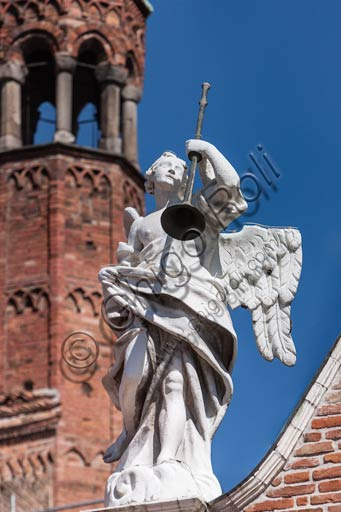 Cremona, il Duomo, facciata: statua di angelo con tromba.