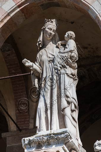 Cremona, Duomo (Cathedral), facade, loggia over the Portal: Madonna with Infant Jesus.