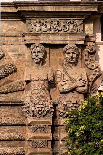Palermo, Palazzo Reale o Palazzo dei Normanni, Torre di Porta Nuova: particolare dei telamoni, raffiguranti i Mori sconfitti da Carlo V.