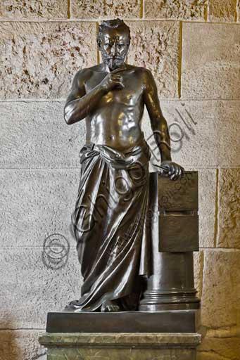 """Palermo, Palazzo Reale o Palazzo dei Normanni, Appartamento Reale, corridoio che porta alla sala dei Viceré: """"Archimede"""", statua bronzea di Benedetto Civiletti, 1893."""