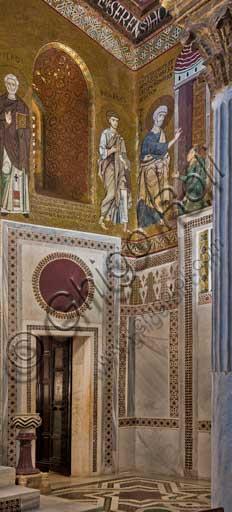 """Palermo, Palazzo Reale o Palazzo dei Normanni,  Cappella Palatina (Basilica): scorcio dell'angolo sud-ovest con mosaico che rappresenta """"San Pietro liberato dall''angelo"""" (XII secolo)."""