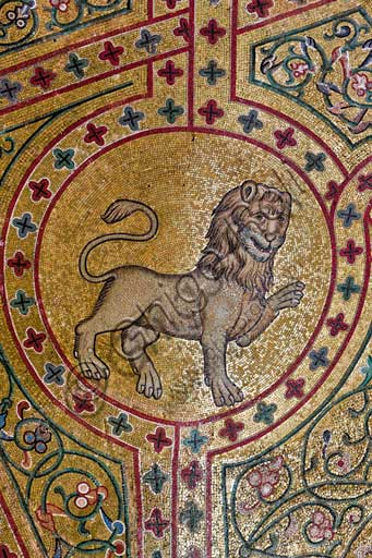 Palermo, Palazzo Reale o Palazzo dei Normanni, Torre Pisana, Sala di Re Ruggero(sala voluta da Re Ruggero II d'Altavilla): particolare della decorazione della volta con mosaici di animali. Questi mosaici risalgono al periodo di Federico II di Svevia.Particolare con leone.