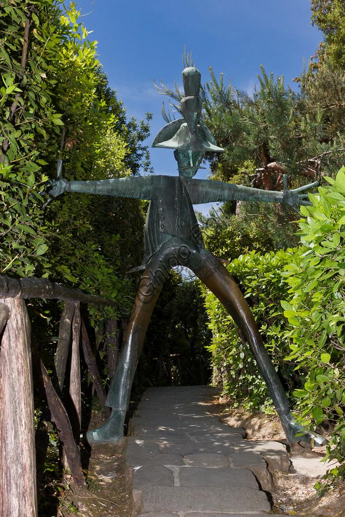 Parco di Pinocchio, il Paese dei Balocchi: Il Carabiniere, statua in bronzo e acciaio di Pietro Consagra.
