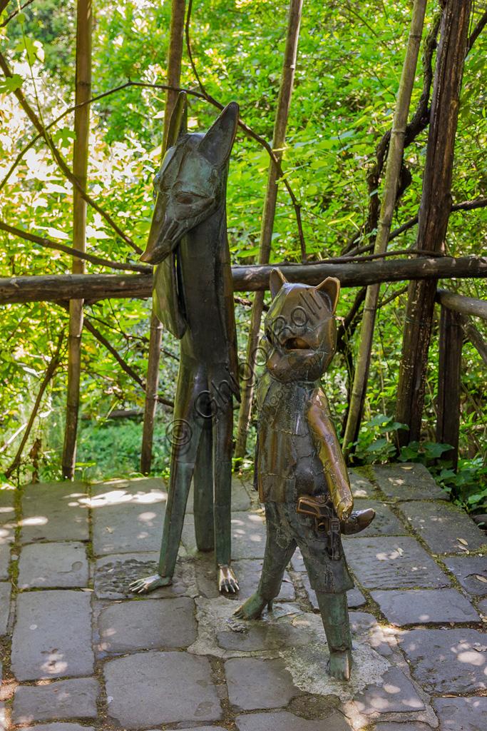 Parco di Pinocchio, il Paese dei Balocchi: il Gatto e la Volpe, statue in bronzo e acciaio di Pietro Consagra.