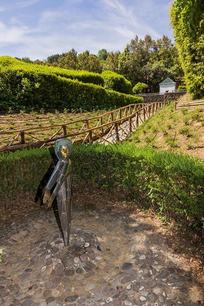 Parco di Pinocchio, il Paese dei Balocchi: la Fata Bambina, statua in bronzo e acciaio di Pietro Consagra.
