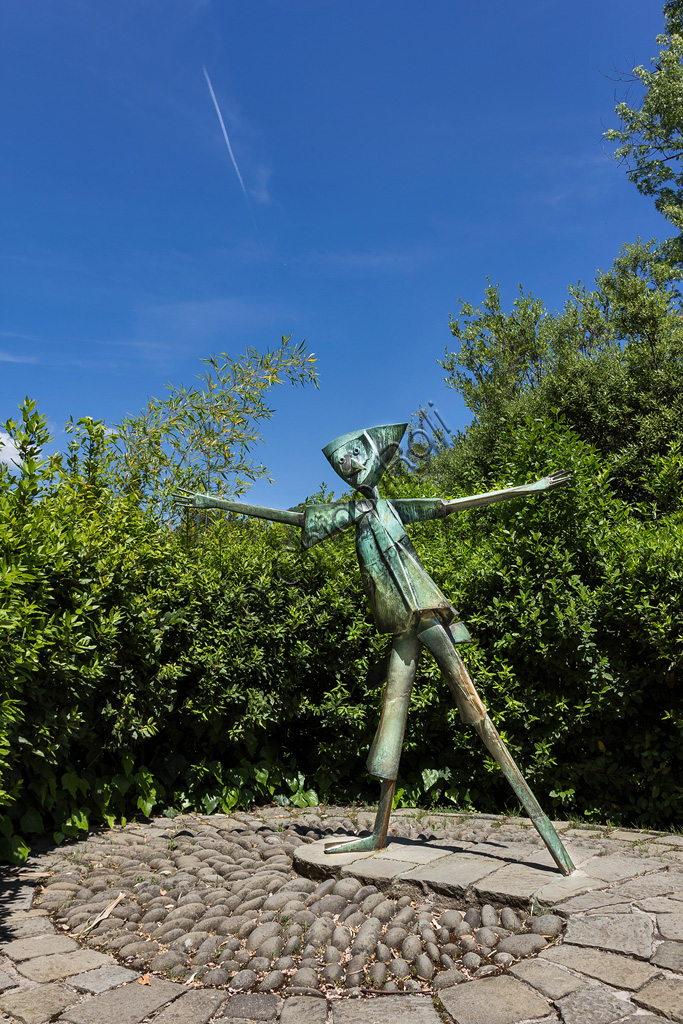 Parco di Pinocchio, il Paese dei Balocchi: Pinocchio che saluta, statua in bronzo e acciaio di Pietro Consagra.
