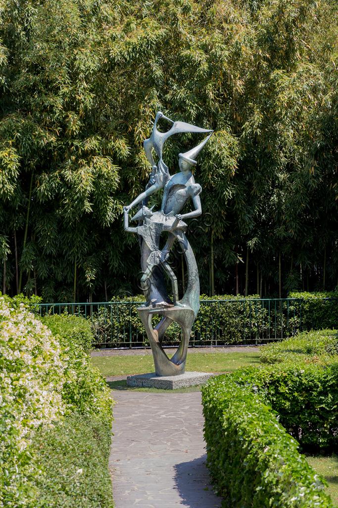 """Parco di Pinocchio: statua in bronzo """"Pinocchio e la Fata"""" di Emilio Greco."""