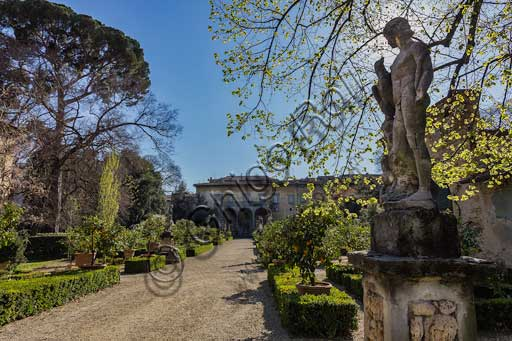 Florence, Palazo Corsini al Prato: male statues in the gardens. In the background, the palace.