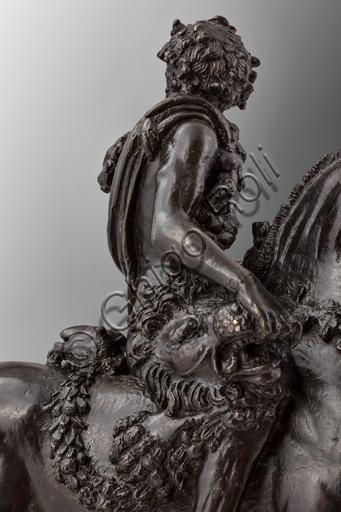 Modena, Galleria Estense: Ercole a cavallo; Bertoldo di Giovanni, 1473; bronzo.Ercole, dopo avere ucciso il leone di Nemea a mani nude, ne porta le spoglie cingendosi della sua pelle e tenendo con la mano destra la bocca aperta della belva.Bertoldo di Giovanni (Firenze, circa 1420 – Poggio a Caiano, 28 dicembre 1491) è stato uno scultore e medaglista italiano. Allievo di Donatello, fu il primo maestro d'arte di Michelangelo.
