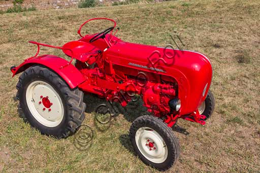 Old Tractor.Make: PorscheModel: JuniorYear: 1962Fuel: Diesel oilNumber of Cylinders: 1Displacement: 1.600 ccHorse Power: 15 HPCharacteristics:
