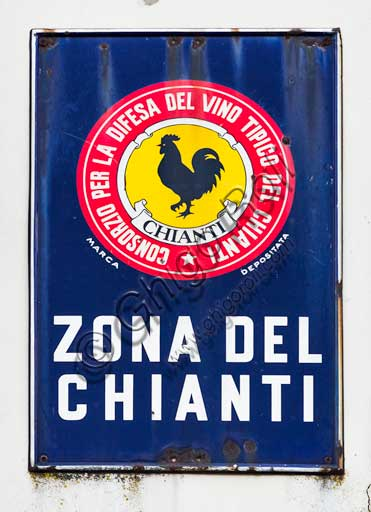 Radda in Chianti: sign with the iconic black rooster logo, seal of the Consorzio Chianti Classico.