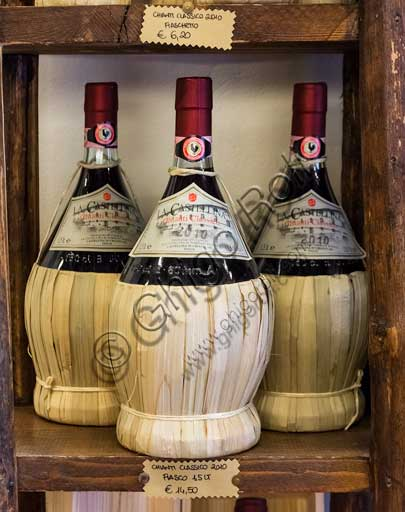 Castellina in Chianti, Consorzio della Cantina Sociale (Association of Local Producers): Chianti flasks.
