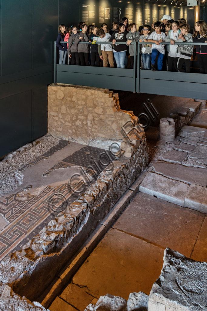 """Brescia, """"Santa Giulia, Museo della Città"""", (sito Unesco dal 2011): alcuni bambini di una scolaresca osservano una delle domus romane dell'Ortaglia."""
