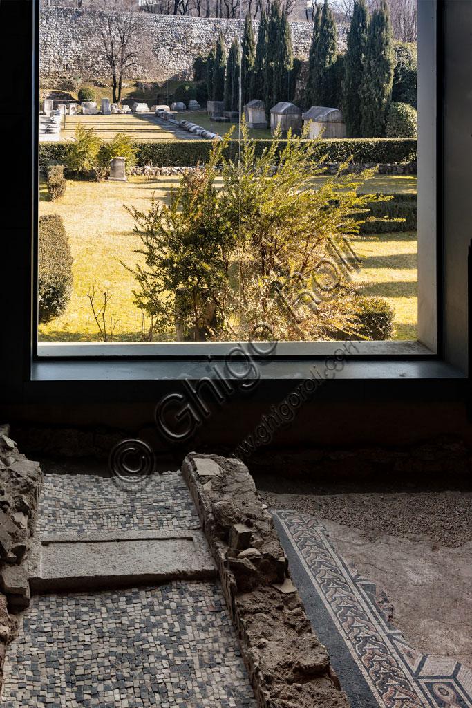 """Brescia, """"Santa Giulia, Museo della Città"""", (sito Unesco dal 2011), una delle domus romane dell'Ortaglia: particolare del pavimento musivo della Camera delle Colonne e del vicino Giardino del Monastero."""