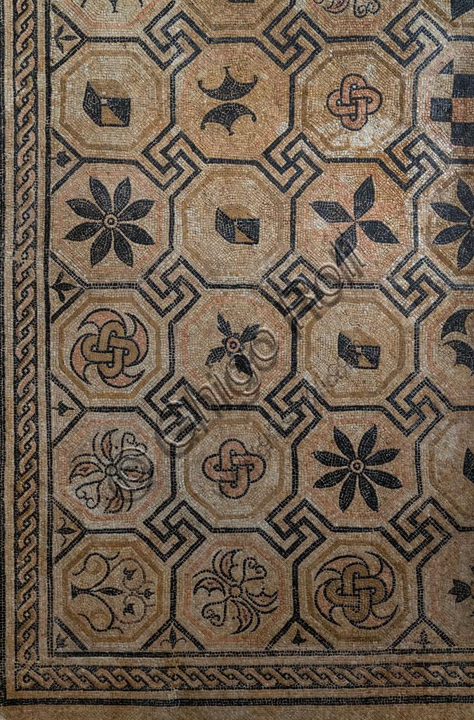 """Brescia, """"Santa Giulia, Museo della Città"""", (sito Unesco dal 2011): particolare del pavimento musivo con pannello centrale figurato ricavato da scavi in via San Rocchino."""