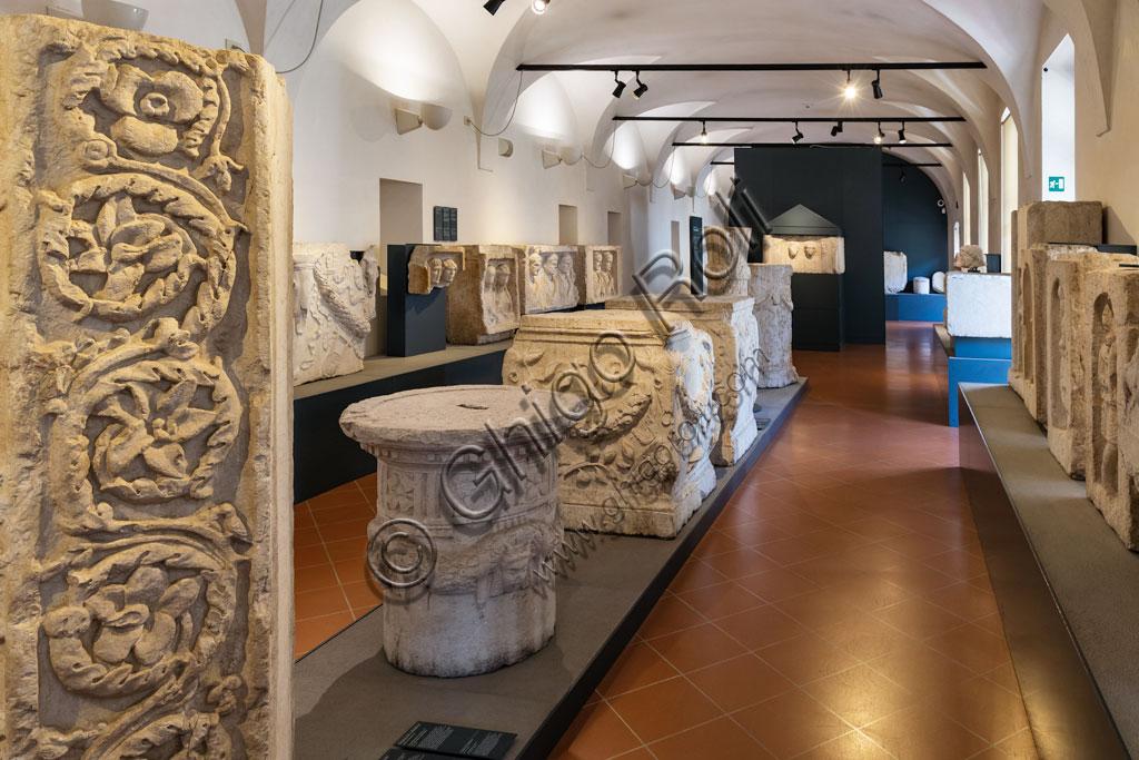 """Brescia, """"Santa Giulia, Museo della Città"""", (sito Unesco dal 2011): sala con reperti di epoca romana."""