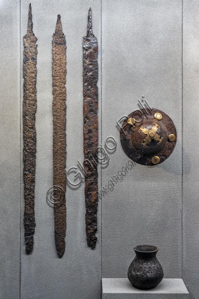 """Brescia, """"Santa Giulia, Museo della Città"""", (sito Unesco dal 2011): elementi di un corredo di tomba longobarda (fine VI - VII secolo) ritrovati nella necropoli di Leno, località Porzano."""