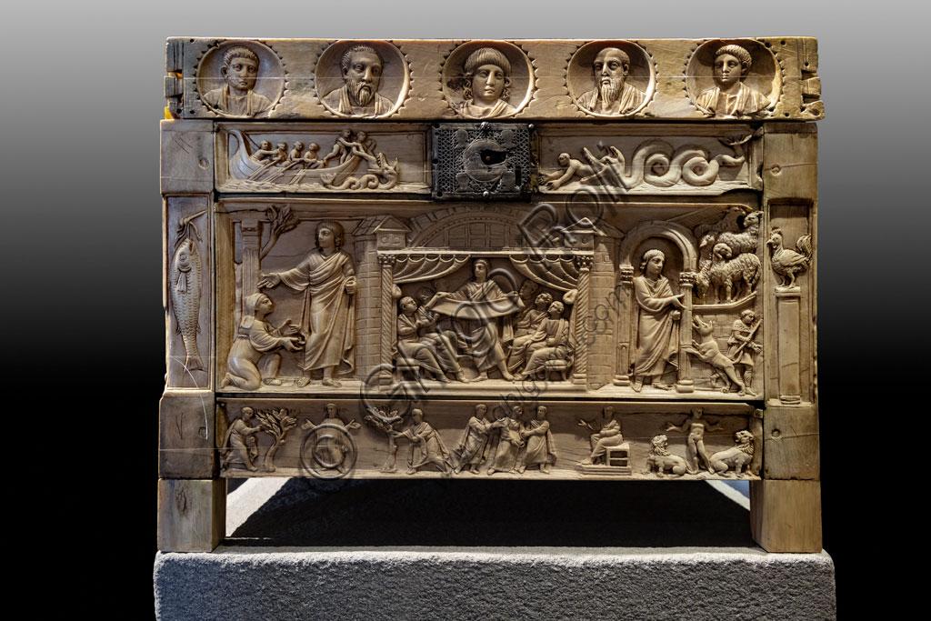 """Brescia, """"Santa Giulia, Museo della Città"""", (sito Unesco dal 2011), Chiesa di Santa Maria in Solario: lipsanoteca (reliquario in avorio), IV secolo. Trentasette immagini rappresentano personaggi ed episodi biblici. Si tratta di uno degli esempi più importanti di arte paleocristiana."""
