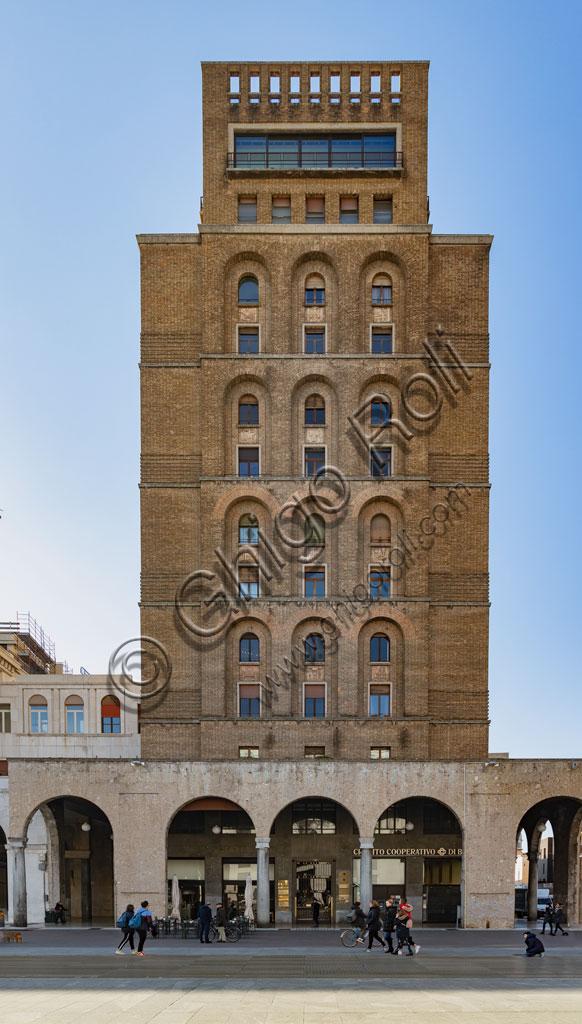 Brescia, piazza della Vittoria (piazza costruita tra il 1927 e il 1932) su progetto dell'architetto e urbanista Marcello Piacentini: Il Torrione Ina, primo grattacielo costruito in Italia (57,52 metri di altezza).