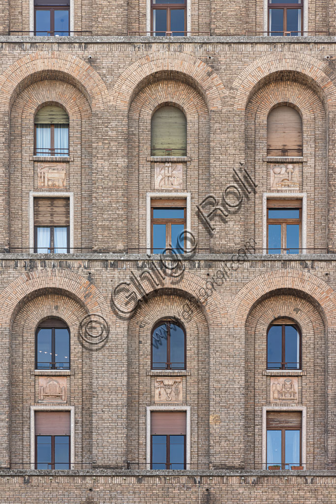 Brescia, piazza della Vittoria (piazza costruita tra il 1927 e il 1932) su progetto dell'architetto e urbanista Marcello Piacentini: Il Torrione Ina, primo grattacielo costruito in Italia (57,52 metri di altezza). Particolare della facciata.