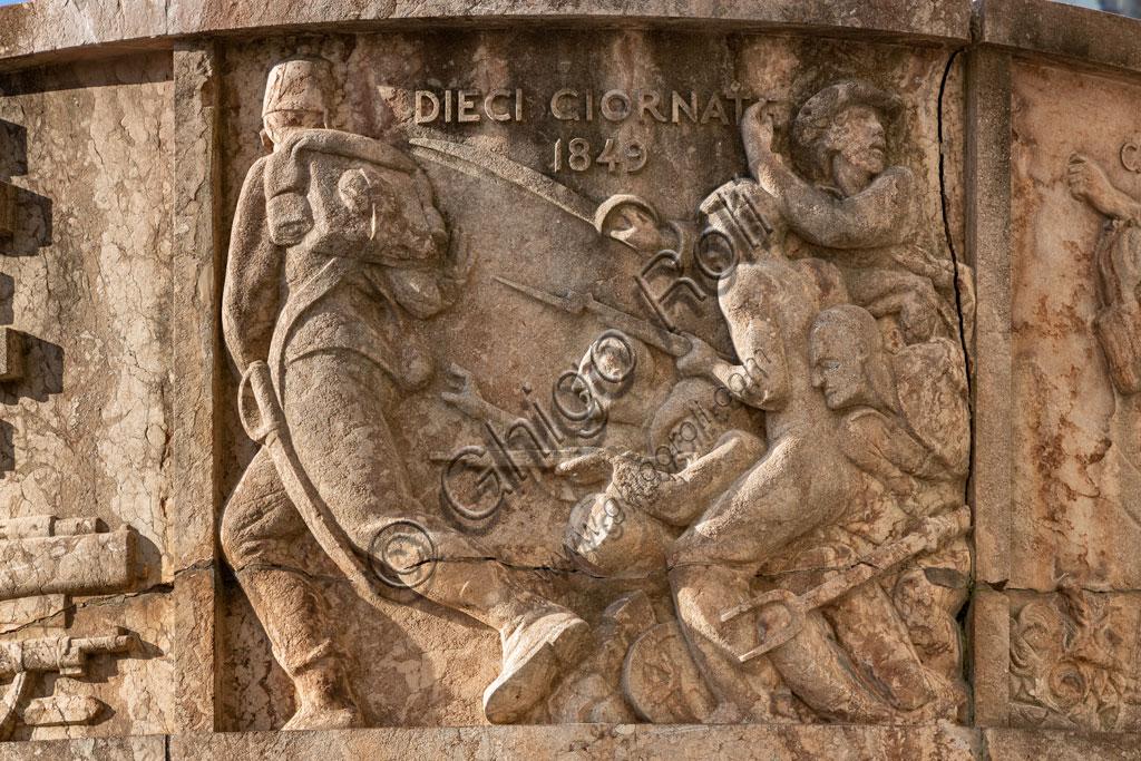 Brescia, piazza della Vittoria (piazza costruita tra il 1927 e il 1932) su progetto dell'architetto e urbanista Marcello Piacentini: particolare dell'Arengario, pulpito in pietra porfirica rossa di Tolmezzo ornato di bassorilievi che rappresentano scene della storia di Brescia, opera di Antonio Maraini.