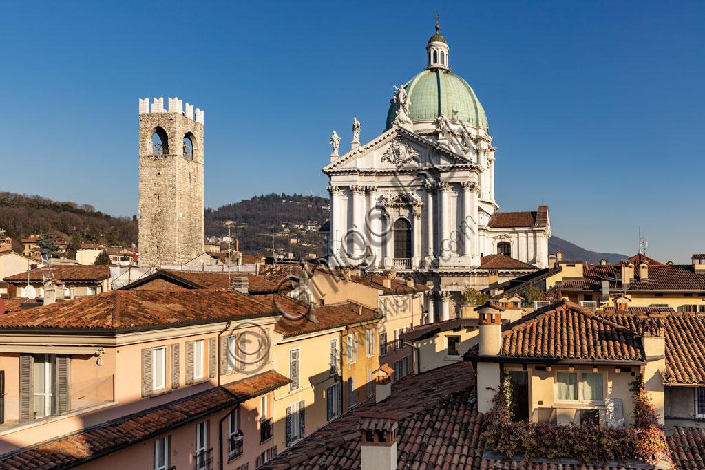 Brescia: veduta della città dall'Hotel Vittoria. Al centro, la torre del Pégol e la cupola del Duomo Nuovo (Cattedrale estiva di S. Maria Assunta), in stile tardo barocco dall'imponente facciata in marmo di Botticino.