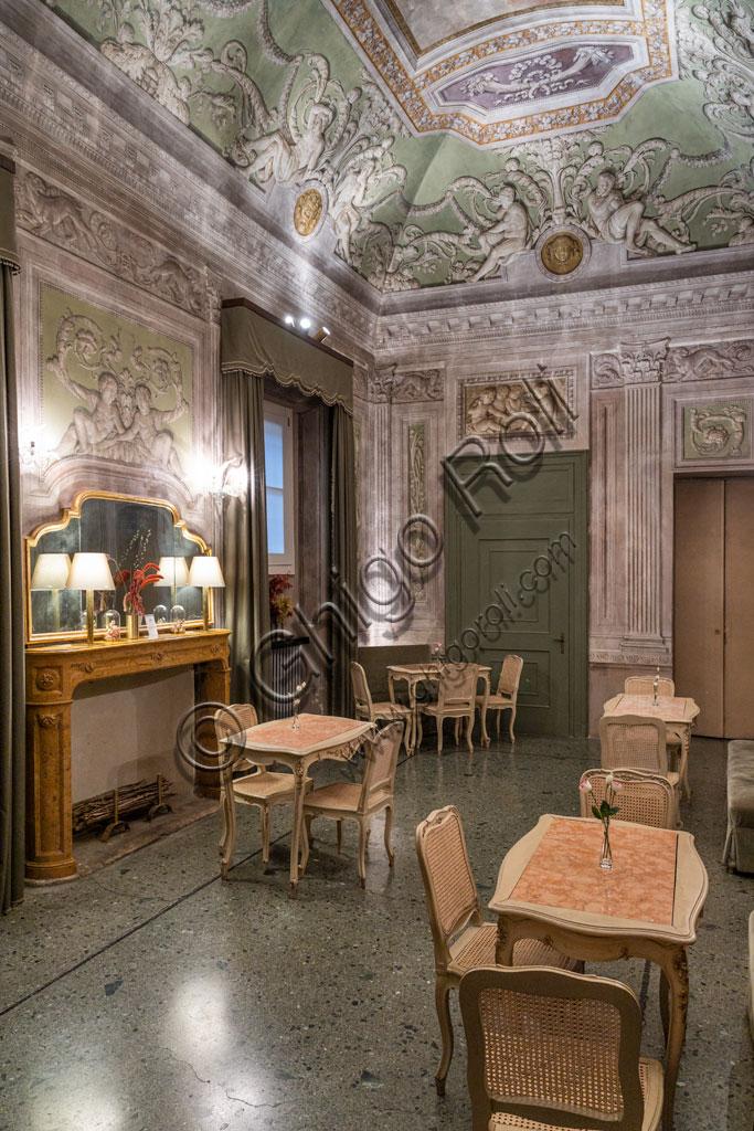 """Brescia, Teatro Grande: il Caffè del Teatro, decorato con i dipinti eseguiti da Francesco Tellaroli, nel 1787. Detta saletta oggigiorno ospita la """"Caffetteria"""", altrimenti detta Buvette  del teatro."""