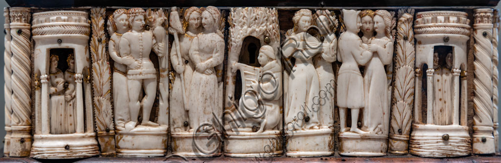 """Brescia, Pinacoteca Tosio Martinengo: """"Cofanetto con coppie di figure"""" 1360 - 1380. Osso e legni di vario tipo. Bottega di Firenze? Particolare con musicista e coppie."""
