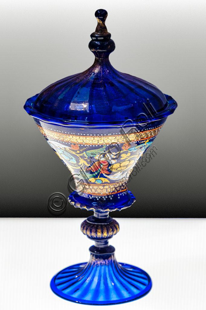 """Brescia, Pinacoteca Tosio Martinengo: """"Calice con coperchio """", manifattura veneziana, inizio XVI secolo. Vetro azzurro con decorazioni a foglia d'oro e smalti."""