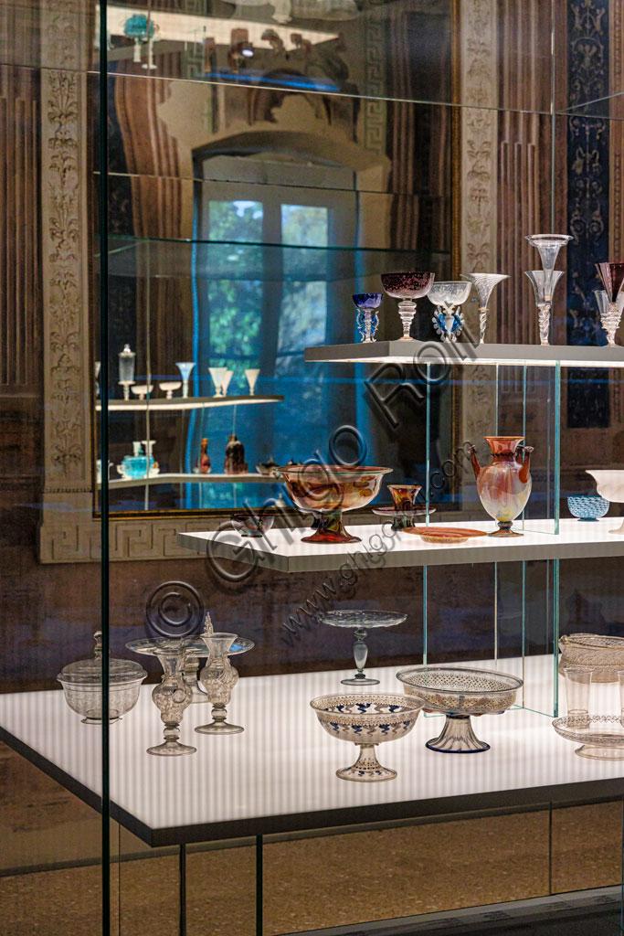 Brescia, Pinacoteca Tosio Martinengo: sala con esposizione di vetri preziosi.